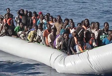 """""""Flüchtlinge werden nicht angenommen, sondern geduldet; sie werden nicht in die Gemeinschaft integriert, sondern ausgegrenzt"""" (Peter Fahr). Bild: Flüchtlinge aus Eritrea während ihrer selbstmörderischen Bootsfahrt übers Mittelmeer nach Europa"""