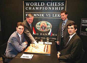 WM-Match Wladimir Kramnik vs Peter Leko (l.) im September 2004 in Brissago (links im Hintergrund Ex-Weltmeister Anatoly Karpow, der den 1. Zug ausführt)
