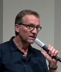 Autor Edgar Rai in einer öffentlichen Bücherlesung (Glarean Magazin)