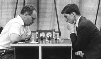 Zwei Giganten des Schachs an der Olympiade 1962 im Endspiel der Partie, die remis endete: Botvinnik vs Fischer