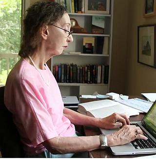 Die Roman-Schriftstellerin Joyce Carol Oates in ihrem Arbeitszimmer - Literatur-Rezension Glarean Magazin